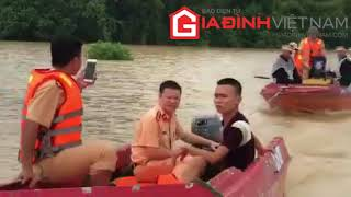 CSGT dùng ca nô chở người chết vì bão số 4 đi mai táng