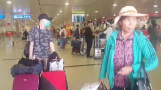 Vào sân bay Tan Son Nhat Airport , Checkin , Saigon, Vietnam