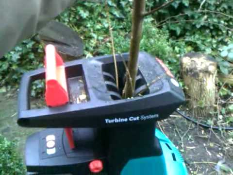 bosch axt 25 tc schredder hakselaar cutting a 4 5cm branch to pieces youtube. Black Bedroom Furniture Sets. Home Design Ideas