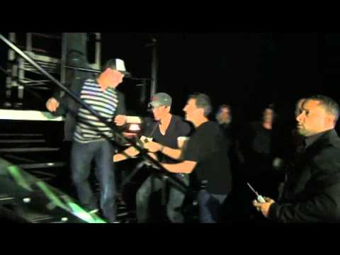 ¡Fan manosea a Enrique Iglesias!