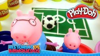 Massinha Play-Doh Fazendo Campo e Bola de Futebol para Família Peppa Pig!! Histórias de Brinquedos