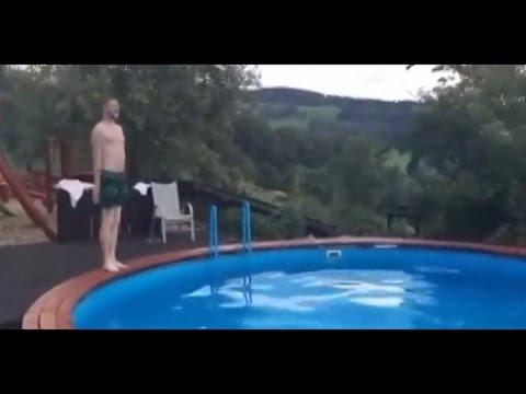 ユーモアたっぷりな男性の1人シンクロナイズドスミング!