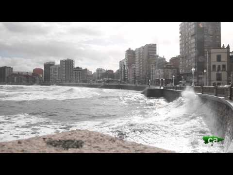 Temporal de mar en Gijón/Xixón. Asturias en alerta roja por fenómenos costeros.