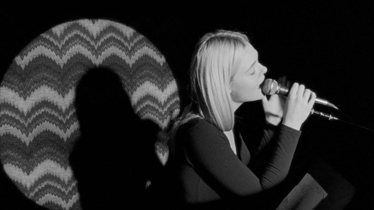 "Elle Fanning - ""Little Bird""のMVを公開 映画「Teen Spirit」サウンドトラック 2019年4月19日発売収録曲 thm Music info Clip"