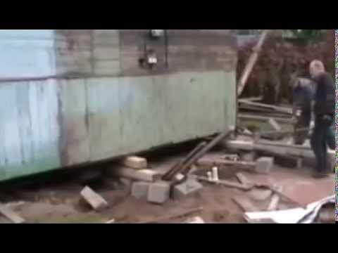 Видео как поднять фундамент дома