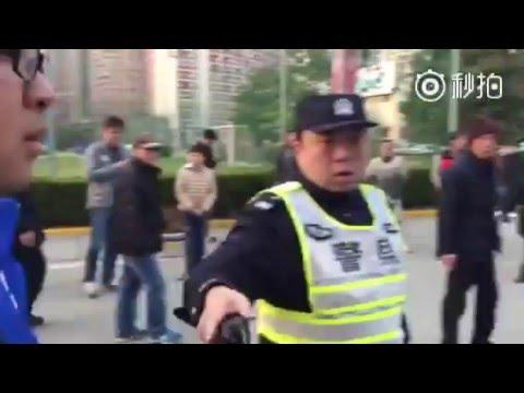 """爲上海警察點贊!一人單挑四個足球流氓 """"滾開!"""""""