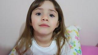 Menina maluquinha corta o cabelo escondida da mãe