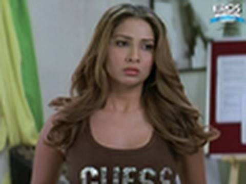 Boiling Hot Kim Sharma Gets Angry - Money Hai Toh Honey Hai video