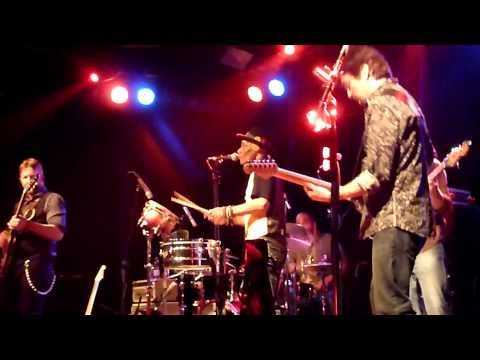 Moonlight Over The Mississippi performed by Royal Southern Brotherhood in Nuremberg on 12. November 2013. Cyril Neville - vocals, percussion Devon Allman - v...