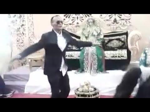شاهد عريس من شدة الفرحة يرقص مايكل جاكسون على انغام الشعبي المغربي thumbnail