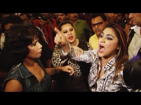 Rakhi Sawant's friend SLAPS & ABUSES DIRECTOR on STAGE | UNCUT VIDEO