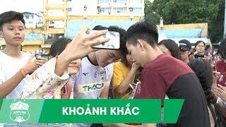 Xuân Trường, Văn Toàn lịch lãm, được người hâm mộ vây kín sau buổi tập | HAGL Media