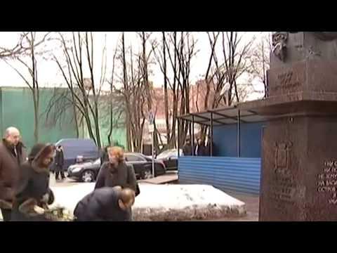 Vladimir Putin lays flowers at the monument to Anatoly Sobchak in St Petersburg 20 02 2015 Ukraine