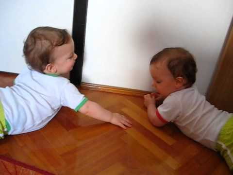 Twin baby boys start to communicate