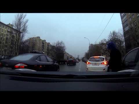 мужик блюёт из машины на ходу