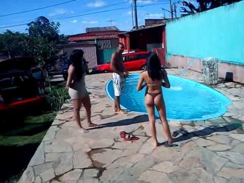 Pri, Di e Gabi. Quem pula na piscina primeiro. Kkk
