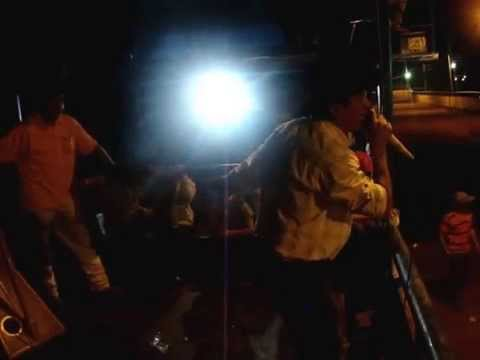 Jesus Aguilar con el grupo de Jeans Piero Gonzelez Un canto al platano