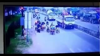 Xe công tơ nơ đâm vào đoàn xe máy dừng đèn đỏ