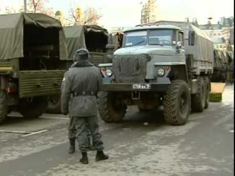 Власть стянула в Москву колонны грузовиков с военными