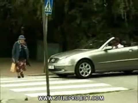 Video Divertenti – Vecchietta che si addormenta in piedi per strada CHE RIDERE DA VEDERE.wmv