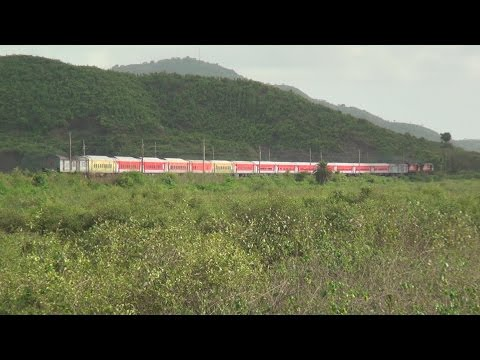2 Premium Express Trains With Electric (wap-5) & Twin Diesel Locomotives (6400hp Wdg-3a) At Vaitarna video