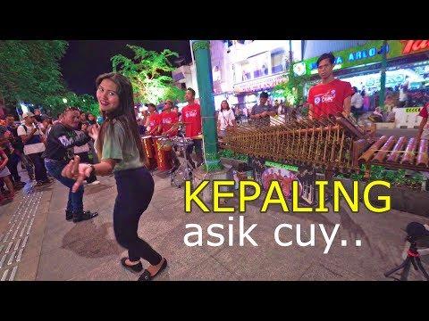 KEPALING - Musik Angklung Carehal Jogja Emang Mantap & Penari Cantik (Angklung Malioboro)