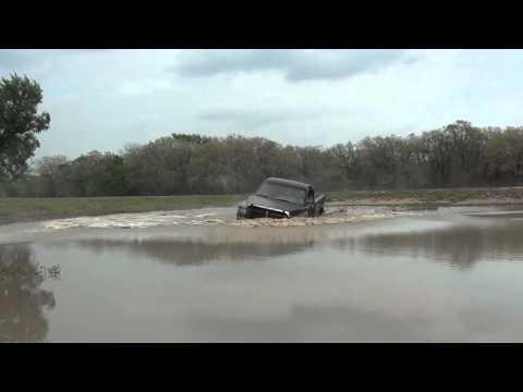 Парень прыгает на пикапе в озеро