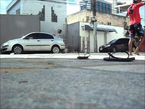 Fútbol - Rompe el retrovisor de un coche con la pelota