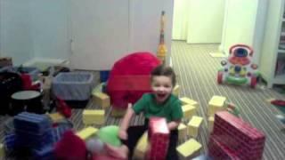 Un niño viviendo el juego de Angry Birds
