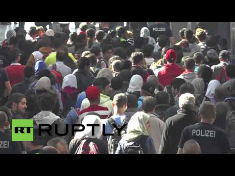Germany: Thousands of refugees arrive at Munich central station