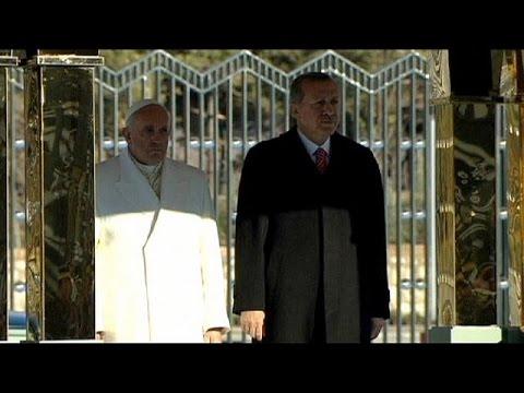 البابا فرنسيس يندد بتجاوزات المجموعات المتطرفة، فيما أردوغان يندد بالإسلاموفوبيا في الغرب