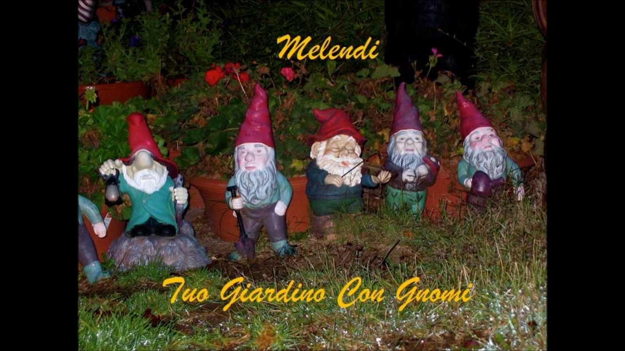 Melendi tuo giardino con gnomi letra youtube for Melendi mi jardin con enanitos