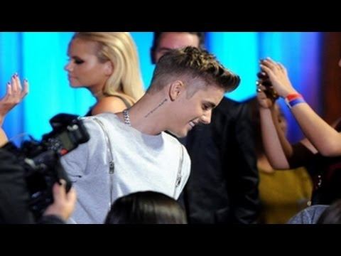 Justin Bieber Arrives At The Young Hollywood Awards 2014 – VIDEO (YHAs 2014)