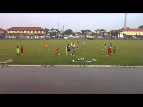 Arya latihan sepak bola