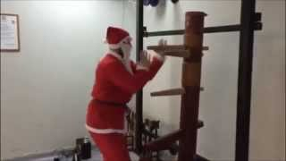 Santa Claus wooden dummy exercise-Santa Claus knows kung fu!!!
