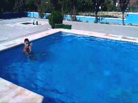 Ejercicios rehabilitaci n de rodilla en piscina youtube for Ejercicios en la piscina