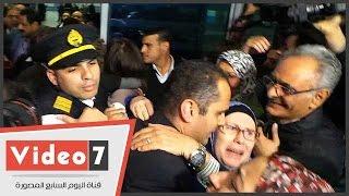"""انهيار و الدة الطيار """"عمر جمال """" فور رؤية نجلها عقب عودته من قبرص"""