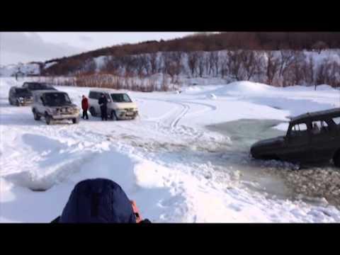 Машины с рыбаками провалились под лед на юге Сахалина