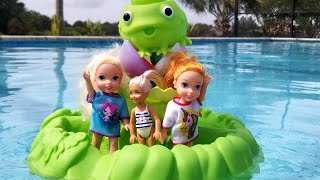 New friend ! Elsa & Anna - water slide - pool - swim - Barbie - splash - sand play