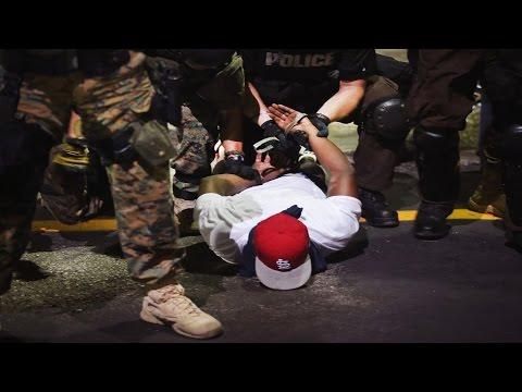 Más arrestos en Ferguson y Eric Holder visita la zona de conflicto