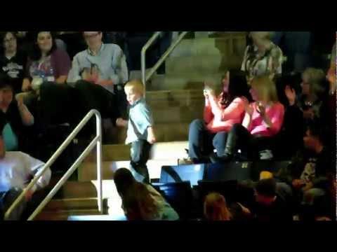 Niño bailando en concierto