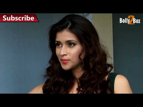 Mannara Hot Seductive Expressions & Exposing Sexy Legs video