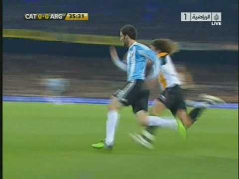 Gonzalo Higuaín vs Carles Puyol