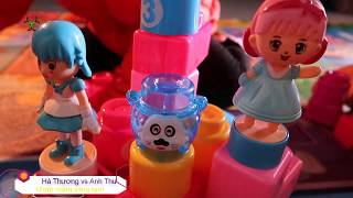 Anh thư chơi đồ chơi xếp hình cùng các em
