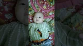 Bé gái 2 tháng tuổi nói chuyện với ba trước khi ba đi công tác