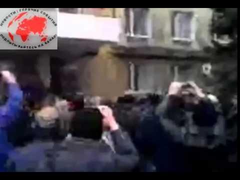 В ГОРЛОВКЕ Активиста начальник милиции скинул с козырька здания УВД 14 04 2014