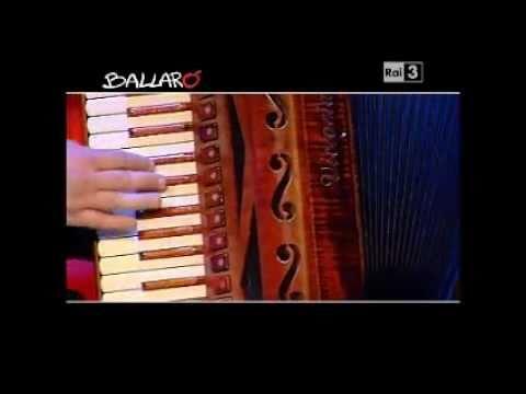 Alessandro Mannarino suona e canta la sigla di Ballarò – 21/06/2011