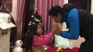 """SUE 9 tuổi & bố Dũng diễn hài kịch """"Cầu hôn"""" (2017)"""