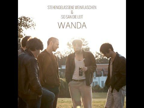 Wanda - Stehengelassene Weinflaschen