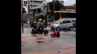 Fail: Motoqueiro resolve atravessar rua alagada e se dá mal